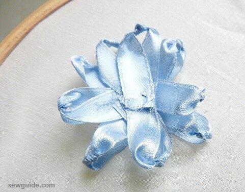 haciendo flores de cinta