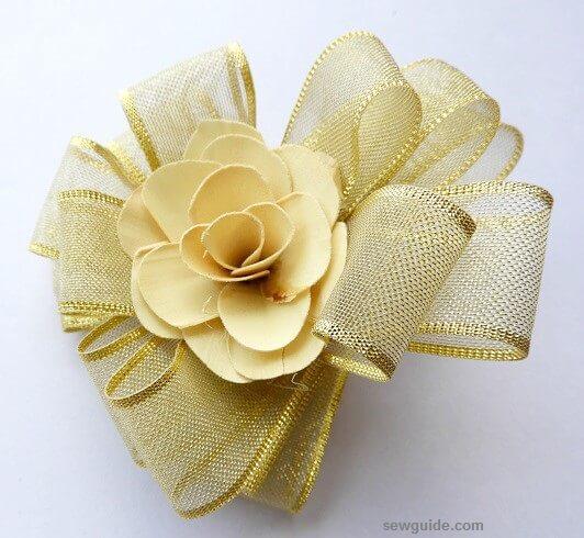 manera fácil de hacer una flor de cinta