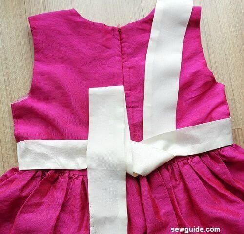 como atar el lazo en un vestido