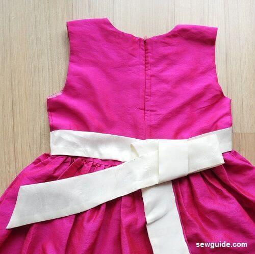 atar un lazo de faja en un vestido