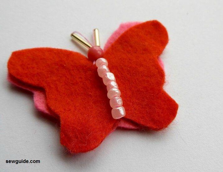 cosiendo hermosas mariposas o ropa