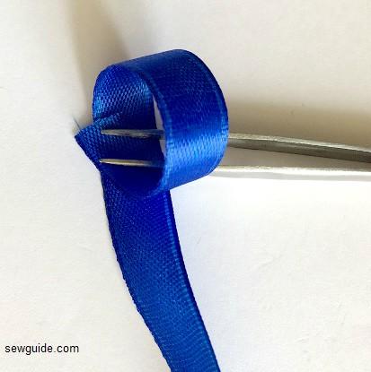 haciendo un arco con cinta de alambre