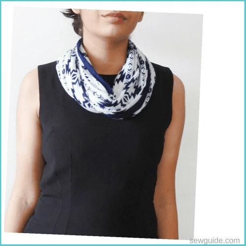 atar la bufanda del cuello