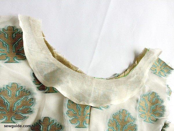 hilo de coser en el cuello